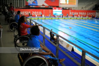 Penonton berkursi roda menyaksikan pertandingan di GBK Aquatic stadium