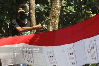 Bendera Merah Putih Dari Tas Bantuan Presiden