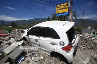 Kendaraan korban penjarahan di depan pusat perbelanjaan Palu Grand Mall Sulawesi Tengah