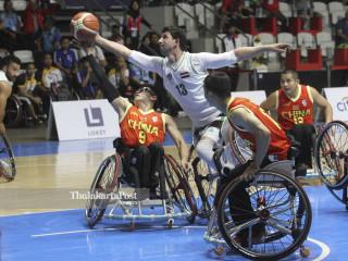 Pebasket Iraq Al-Sarraji Hayder berebut bola dengan pebasket China Huang Kunchong