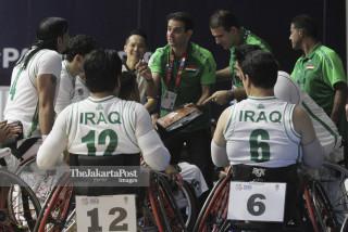 Pelatih basket kursi roda Iraq Abbas Khaki memberikan arahan kepada para pemainnya.