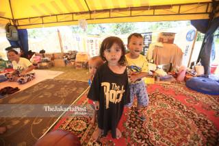 Sejumlah anak bermain di tenda pengungsian di lapangan depan Masjid Agung Darussalam Palu Sulawesi Tengah