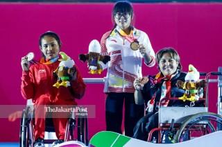 -Upacara Penyerahan Medali Angkat Besi Putri 41kg