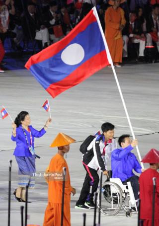 -Defile Atlet Lao PDR dalam Upacara Pembukaan Asian Para Games 2018
