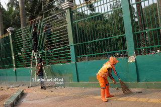 Petugas Kebersihan Paska Aksi Mahasiswa