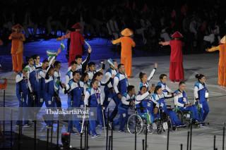 -Defile Atlet Uzbekistan dalam Upacara Pembukaan Asian Para Games 2018
