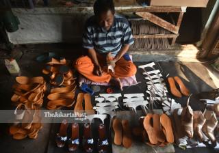 Sandal klompen production