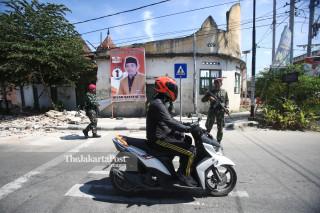 Personel TNI Marinir mengatur arus lalu lintas di kota Palu Sulawesi Tengah
