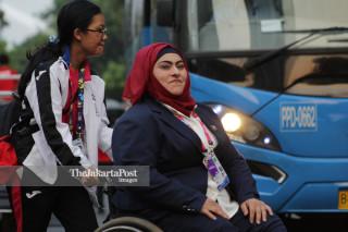 Atlit putri Kuwait terlihat senang berada diluar GBK didampingi oleh Volunteer menuju ke dalam untuk mengikuti Upacara Pembukaan