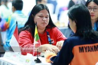 Atlit catur Indonesia Tati Karhati menyusun strategi  saat bertanding di babak penyisihan catur cepat  ke lima di ajang Asian Para Games 2018, di Jakarta, Jumat (12/10/2018). INAPGOC/Setiyo Sc
