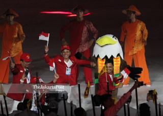 -Defile Atlet Indonesia dalam Upacara Pembukaan Asian Para Games 2018