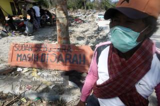 korban gempa dan tsunami berjaga di Kawasan Mamboro, Palu, Sulawesi Tengah