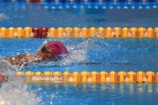 Suci indriani bertanding dalam lomba renang 200m gaya bebas putri s14