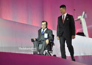 - Ketua INAPGOC Raja Sapta Oktohari bersama Presiden Asia Paralympic Committe Majid Rashed dalam upacara pembukaan Asian Para Games 2018