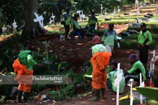 Petugas Makam di TPU Pondok Ranggon