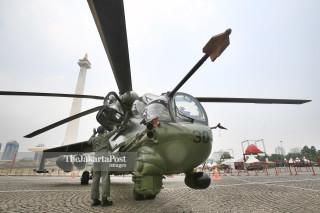Seorang prajurit TNI Angkatan Darat mempersiapkan Helikopter tempur Mi-35P buatan Rusia saat dipamerkan bersama alat utama sistem persenjataan (Autsista) TNI lainnya di Monumen Nasional (Monas), Jakarta Pusat