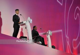 Ketua INAPGOC Raja Sapta Oktohari bersama Presiden Asia Paralympic Committe Majid Rashed dalam upacara pembukaan Asian Para Games 2018