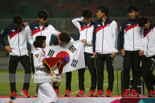 One of South Korea players was teasing a girl who bring the medals during the medal ceremony.