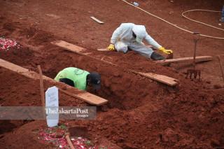 Penggali kubur TPU Pondok Rangon