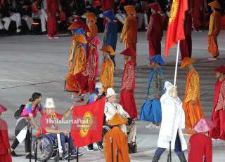 -Defile Atlet Kyrgyztan dalam Upacara Pembukaan Asian Para Games 2018