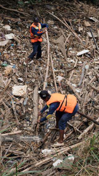 Sampah Bambu di Kali Cikeas Bekasi