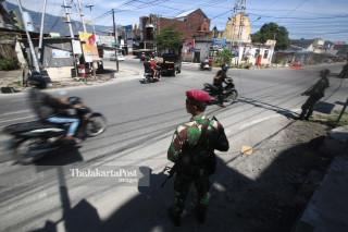Personel TNI Marinir mengatur arus lalu lintas di kota Palu, Sulawesi Tengah